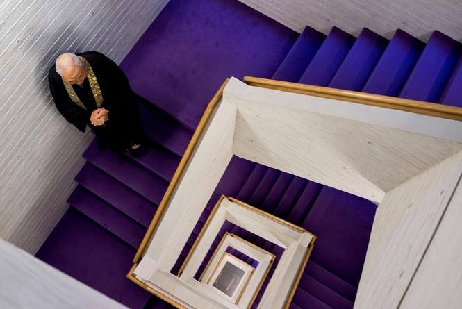 Лестница в небоскрёбе-кладбище.