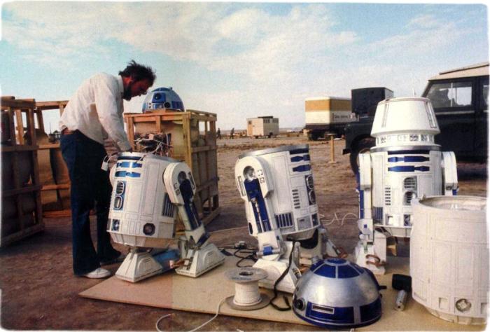 Было создано 8 вариантов робота, прежде чем появился окончательный вариант, который понравился режиссеру картины Джорджу Лукасу.
