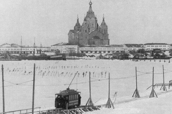 Необычный ледовый трамвай в Петербурге.