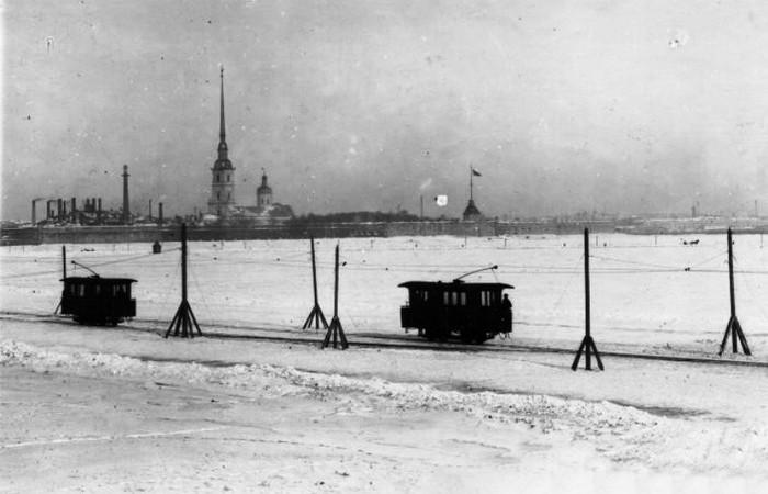 Ледовый трамвай, курсирующий по зимней Неве.