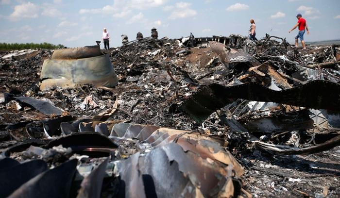 На  месте сбитого лайнера, летевшего рейсом MH17.