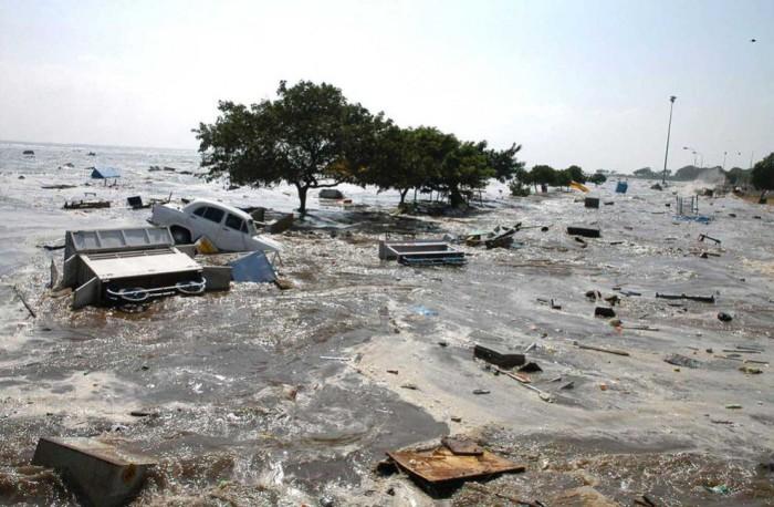 Пляж Марина в индийском городе Мадрас после цунами, 26 декабря 2004 года.