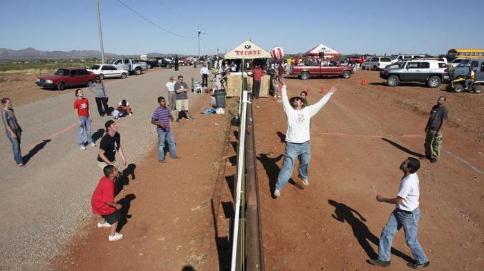 Сыграть в волейбол на границе США и Мексики.