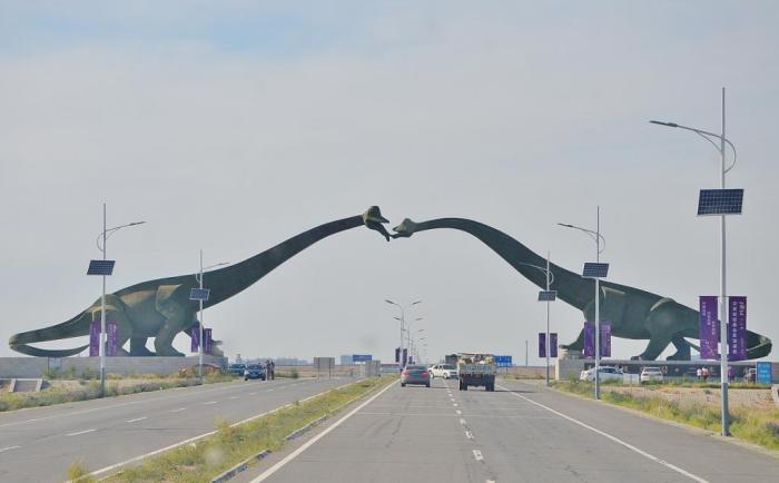 Пройти под двумя целующимися динозаврами на границе Китая и Монголии.
