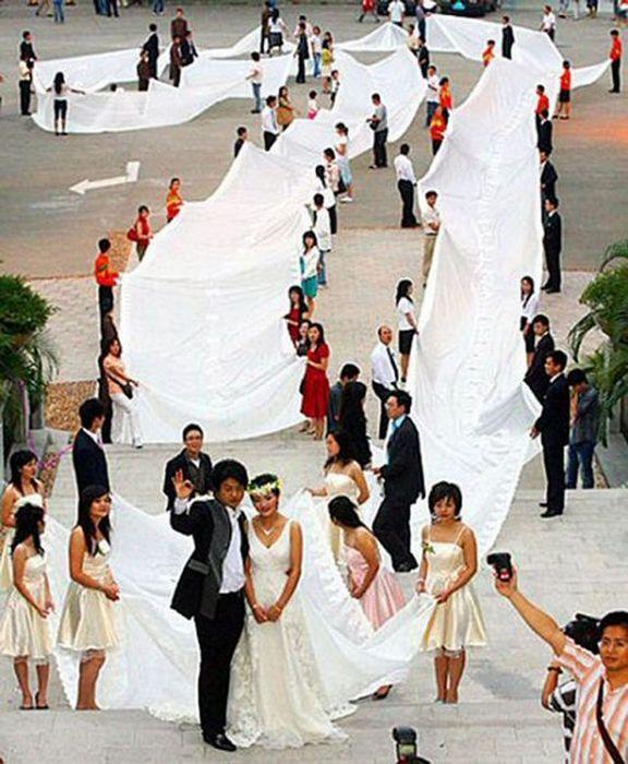 Свадьба с невестой в самом длинном платье.