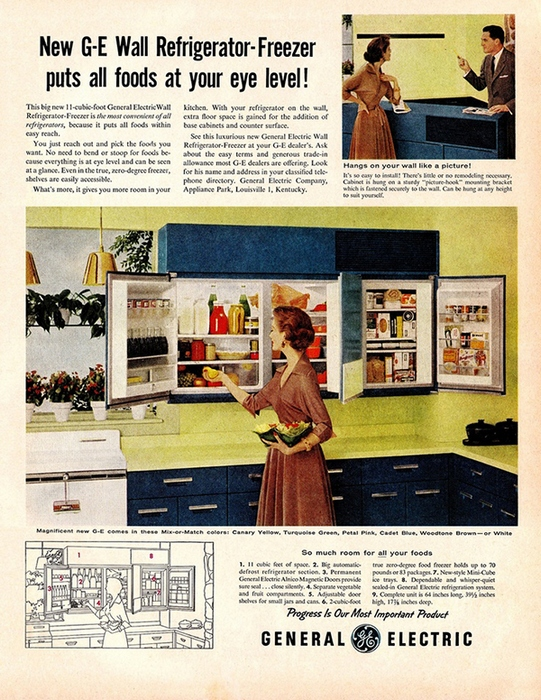Холодильник, спрятанный в кухонном шкафу.