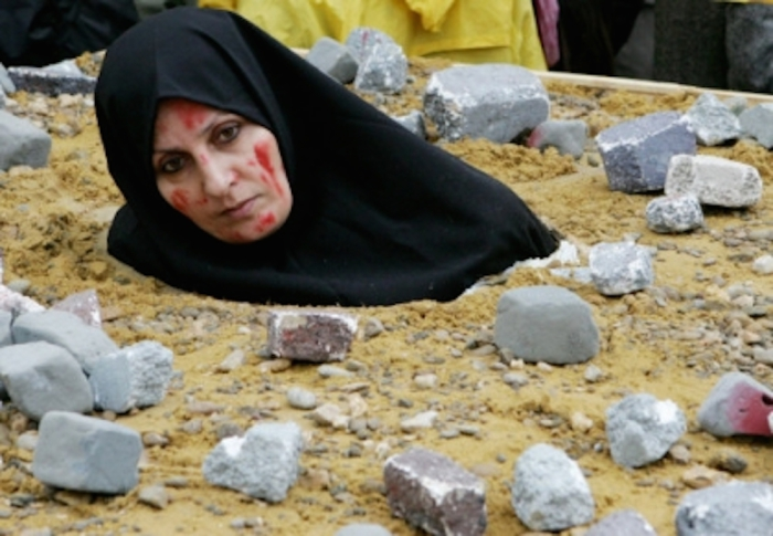 Забивание камнями и сегодня практикуется.