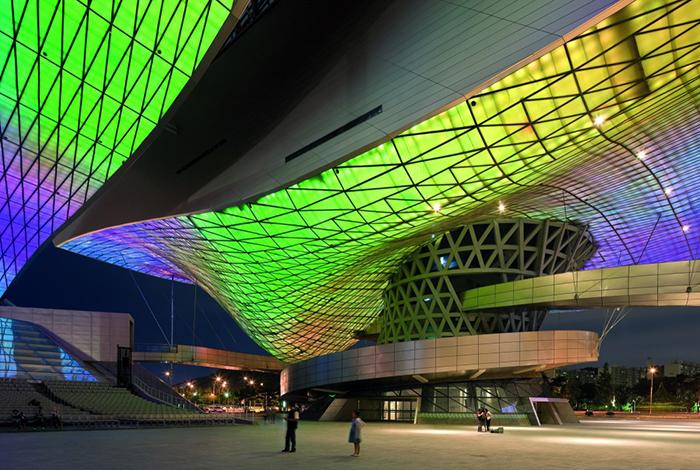 Кинотеатр в Пусане, Южная Корея: эффектная ночная подсветка