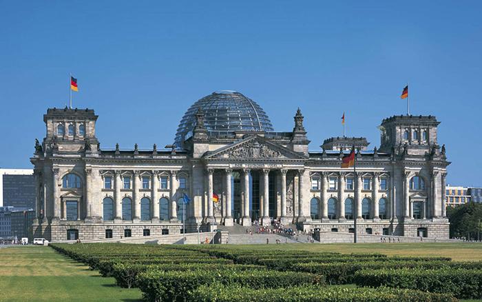 Купол на крыше здания немецкого парламента Рейхстага в Берлине