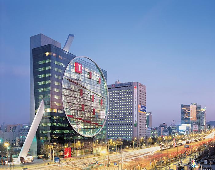 Офисное здание компании Hyundai Development Corporation в Сеуле, Южная Корея: вечерний кадр