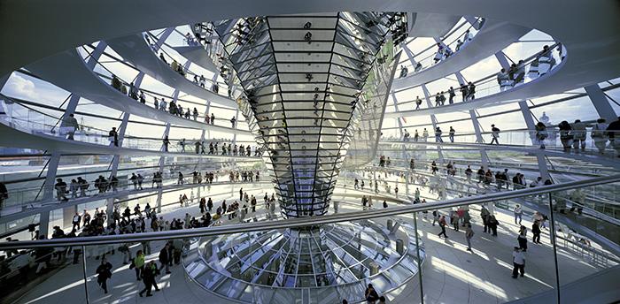 Купол на крыше здания немецкого парламента Рейхстага в Берлине: интерьер помещения