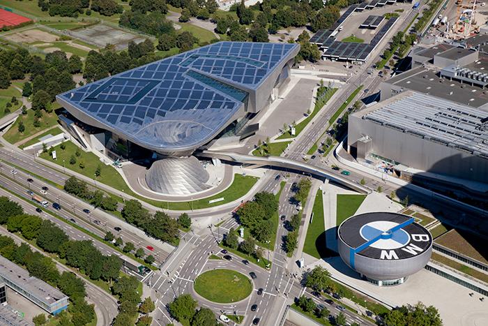 Многофункциональный выставочный центр «Мир БМВ» в Мюнхене с высоты птичьего полета
