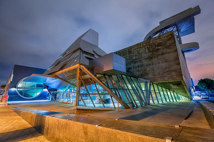 Школа визуальных и исполнительских искусств им. Рамона Кортинеса в Лос-Анджелесе, США: ночной кадр