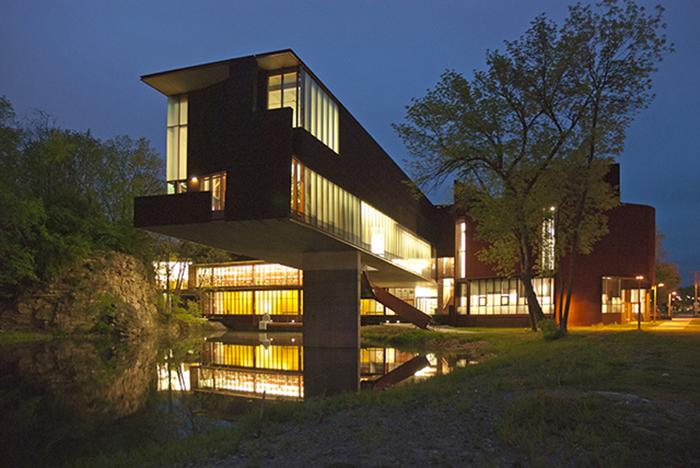 Школа искусств и истории искусства Университета Айовы в Айова-Сити: ночной кадр