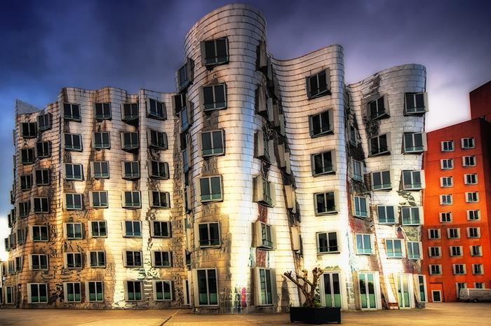 Многофункциональный комплекс Neuer Zollhof в Дюссельдорфе вечером