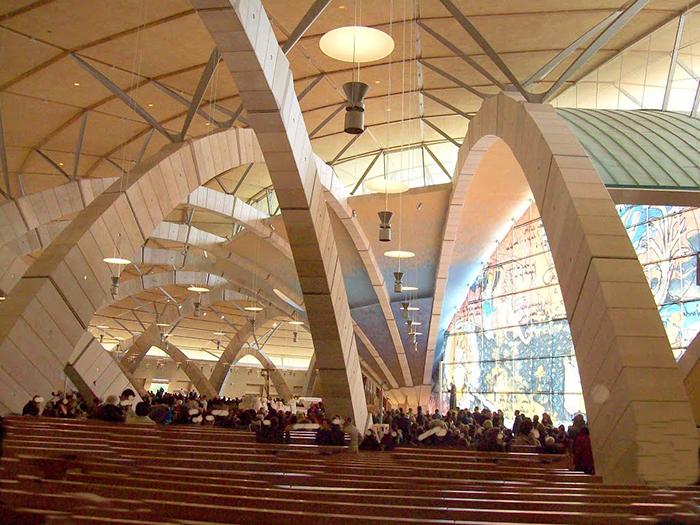 Паломническая церковь Падре Пио в Сан-Джованни-Ротондо, Италия: интерьер помещения