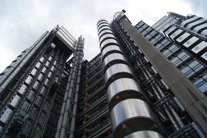 Штаб-квартира страховой компании «Ллойдс» в Лондоне: фрагмент фасада