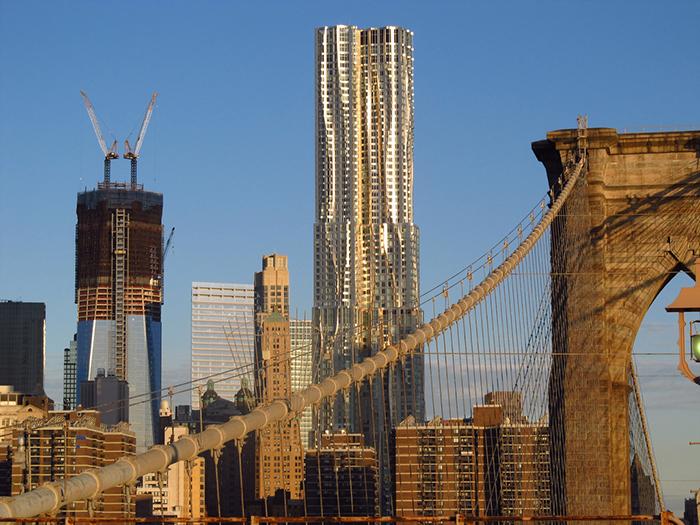 Знаменитий Бруклінський міст на тлі сучасного комплексу