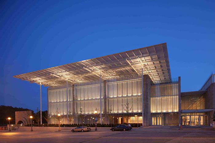 Современный корпус Института Искусств в Чикаго, США: ночной кадр