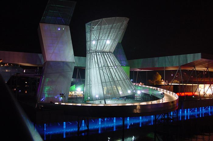 Павильон Arteplage на международной выставке Экспо-2002 в Биль-Бьенне, Швейцария: ночной кадр