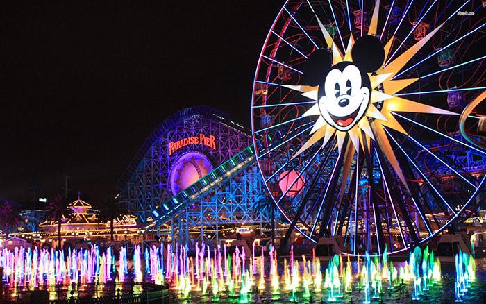 Тематический парк развлечений Disney California Adventure Park в Анахайме, США: ночной кадр