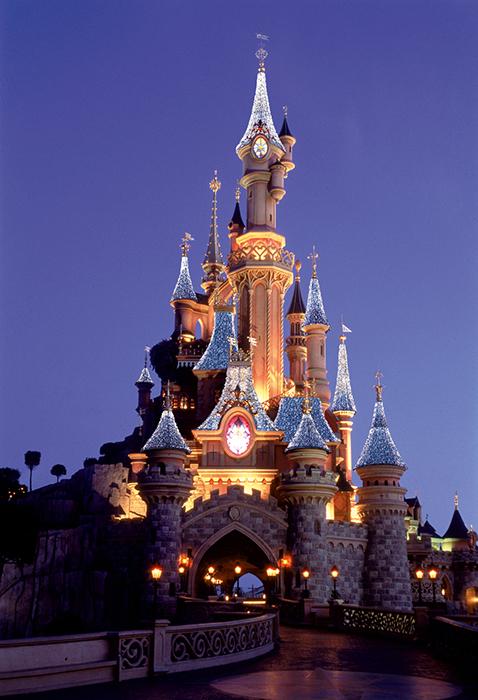 Тематический парк развлечений «Диснейлэнд» в Париже, Франция: ночной кадр.