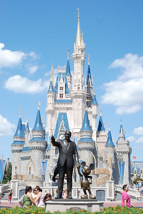 Тематический парк развлечений «Волшебное королевство Диснея» в Бэй-Лэйке, США
