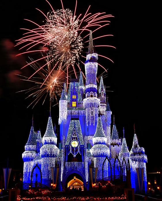 Тематический парк развлечений «Волшебное королевство Диснея» в Бэй-Лэйке, США: ночной кадр