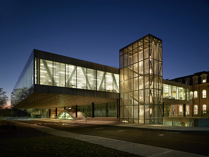 Выставочный зал «Мильштейн холл» Корнелльского университета в Итаке, США: ночной кадр