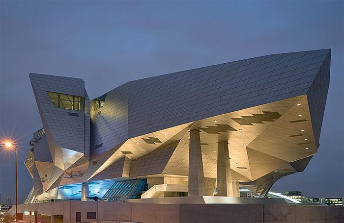 «Музей слияния» в Лионе, Франция: вечерний кадр