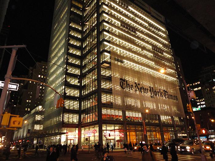 Небоскреб «Нью-Йорк-Таймс-билдинг» в Нью-Йорке, США: ночной кадр