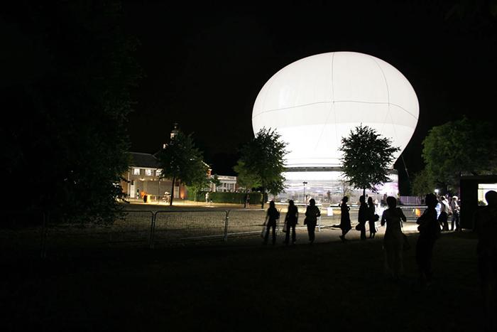 Летний Павильон Галереи «Серпентайн» в Лондоне, Великобритания: ночной кадр