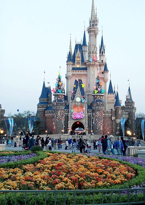 Тематический парк развлечений «Диснейлэнд» в Токио, Япония
