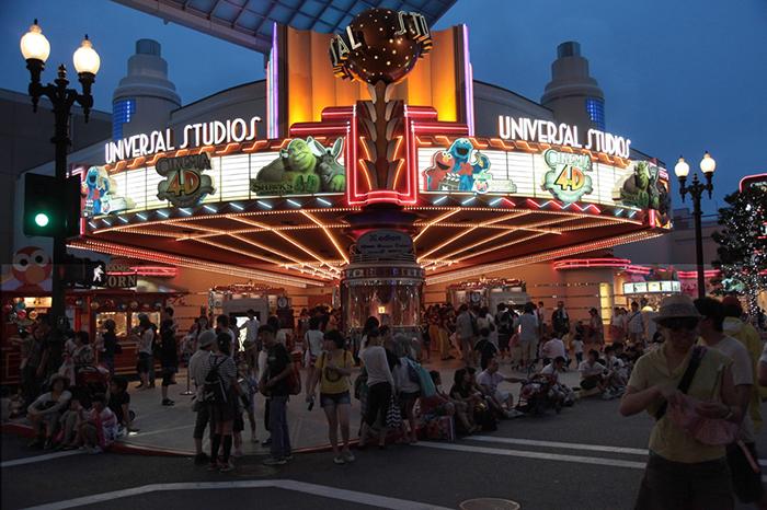 Парк развлечений «Студия Юниверсал» в Осаке, Япония: вечерний кадр
