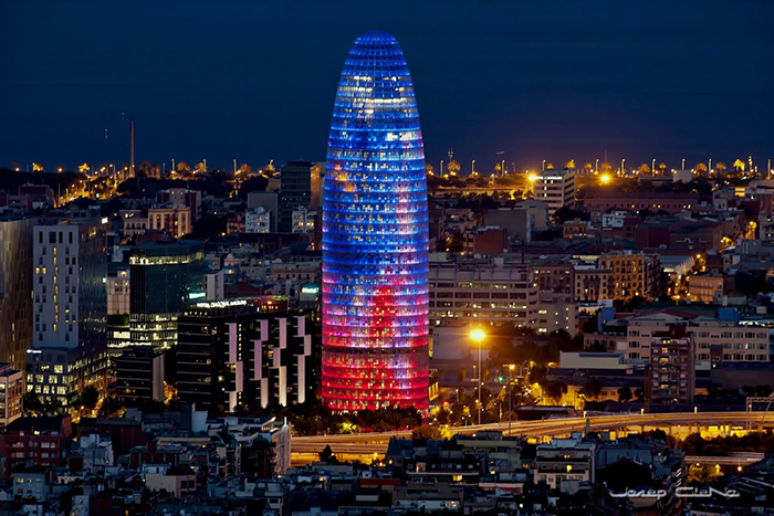Небоскреб Agbar Tower в Барселоне ночью