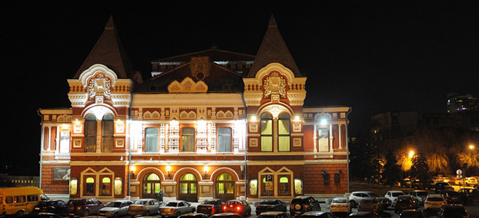 Государственный Академический Театр Драмы имени Горького: ночной кадр