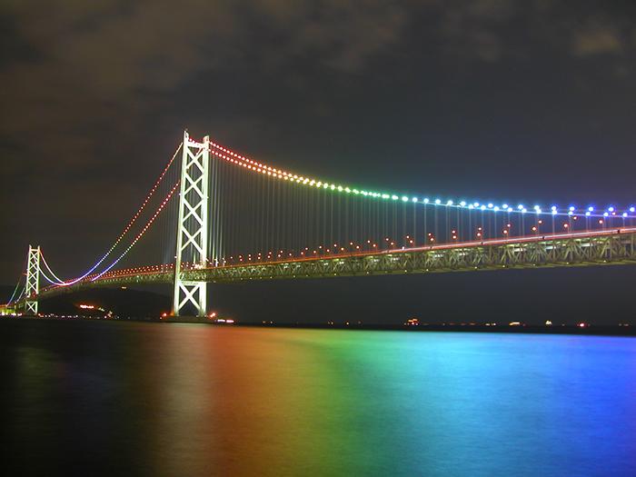 Мост 'Акаси-Кайкё' в ночной подсветке