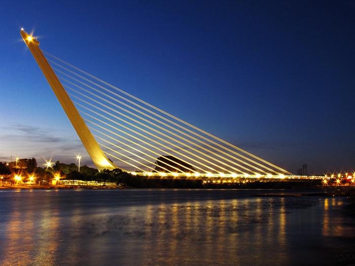 Пешеходный мост Аламильо в Севилье: ночной кадр