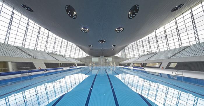 Интерьер зала плавательного бассейна