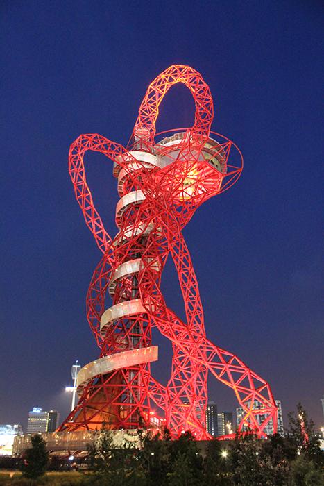 Смотровая башня-скульптура «Орбита Арцелор Миттал» в ночной подсветке