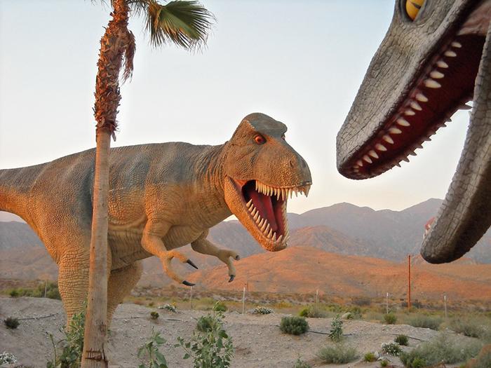 Сувенирные магазины в форме динозавров в Кабазоне