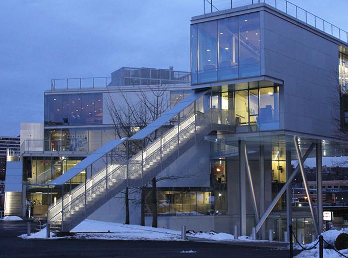 Спортивный центр Кэмпбелла Колумбийского университета в Нью-Йорке: в сумерках