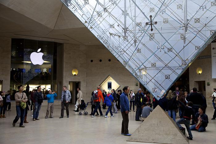 Магазин Apple в подземном торговом центре Карусель Лувра в Париже