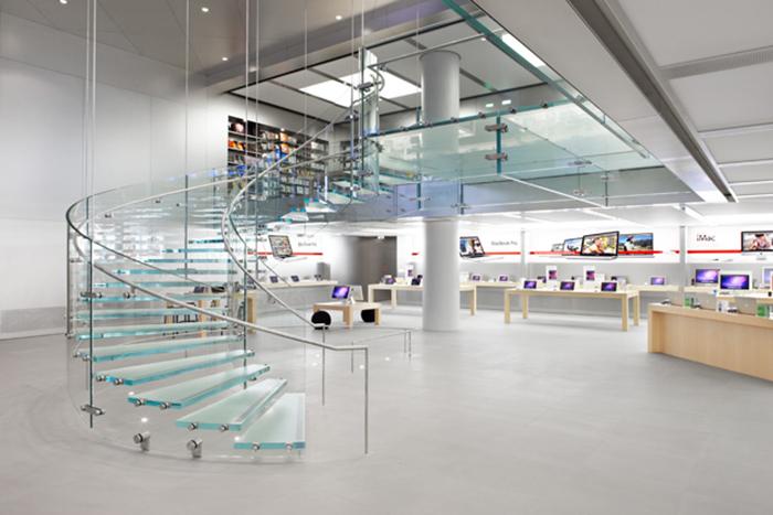 Движение посетителей внутри помещения осуществляется по стеклянной винтовой лестнице