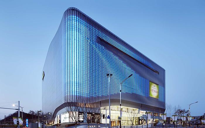 Современный корпус галереи Centercity в Чхонане: вечерний кадр