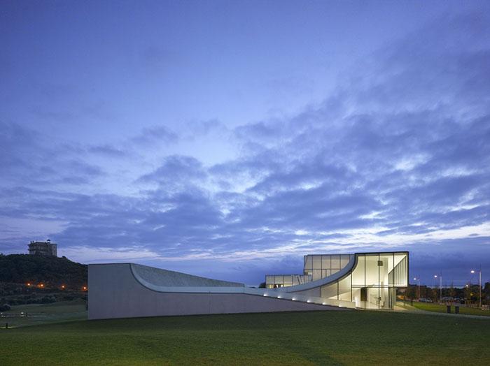 Музей океана и воды в Биаррице вечером