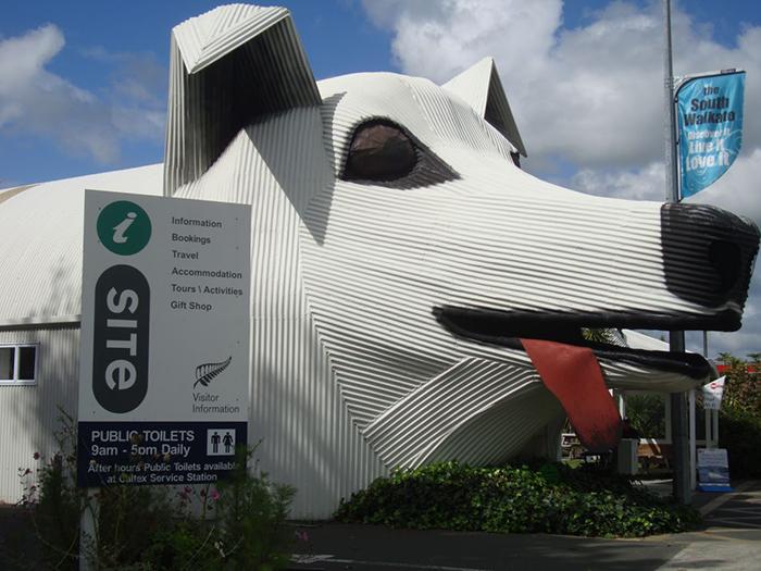 сельскохозяйственный информационный центр в форме собаки в Тирау, Новая Зеландия