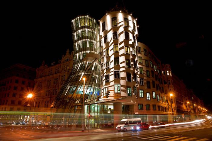 Танцующий дом в Праге ночью