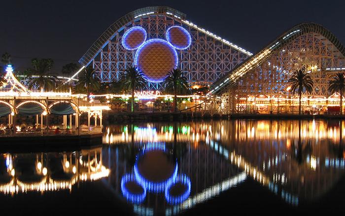 Тематический парк развлечений «Диснейлэнд» в Анахайме, США: ночной кадр