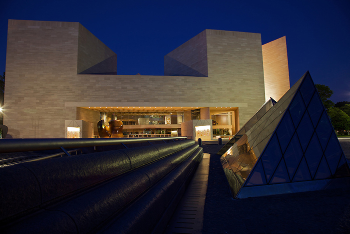 Восточное крыло Национальной галереи искусств: ночной кадр